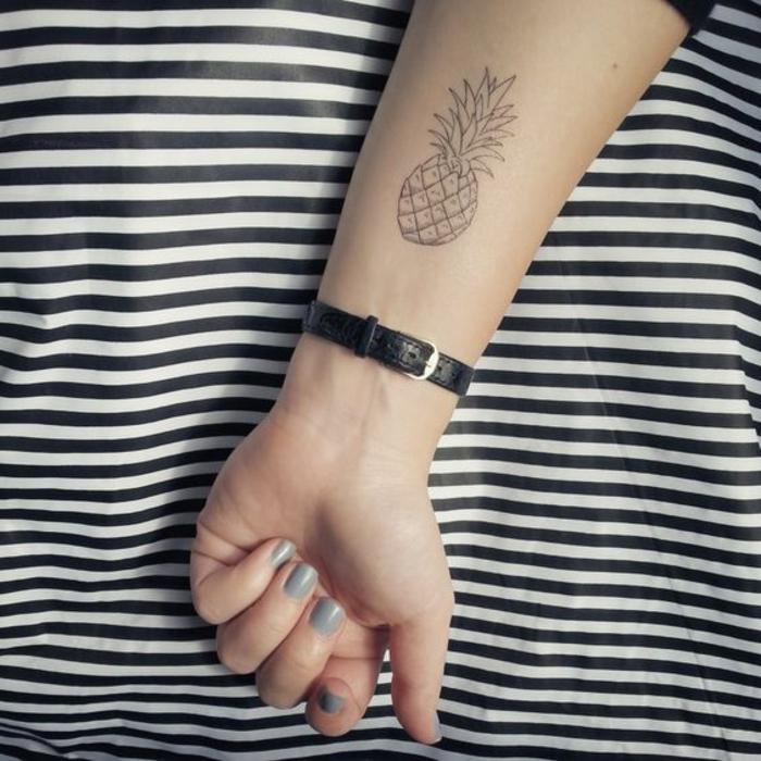 tattoo schulter frau ananas dezentes minitattoo armbanduhr leder graues nageldesign mit steinen