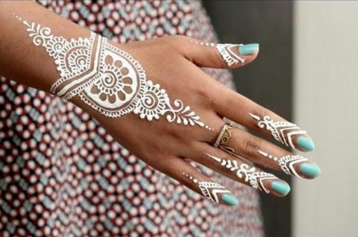 tattoo schulter frau dezentes weißes tattoo henna tattoo auf der hand ring golden blaue nägel