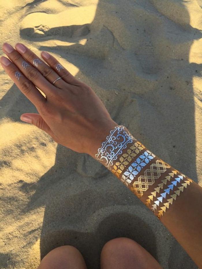 außergewöhnliche tattoos armbänder silbern golden ringe tolle motive auf der hand tätowieren