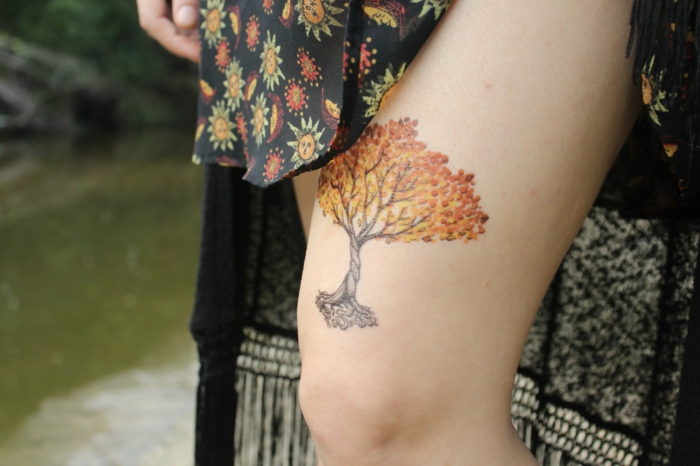 außergewöhnliche tattoos auf dem bein bunte idee für deko temporär auf dem oberschenkel kleid