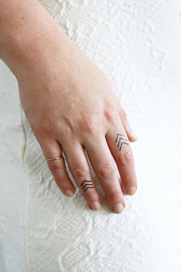 ganz einfache und dezente minitattoos auf den fingern tätowieren ring am kleinen finger ideen
