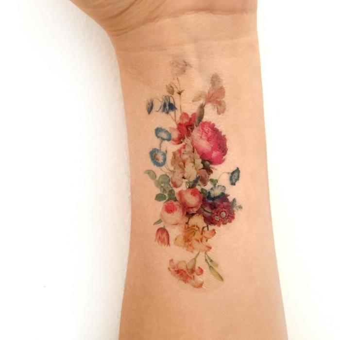 außergewöhnliche tattoos bunte blumen auf der hand bemalen dekorationen für körper genuss