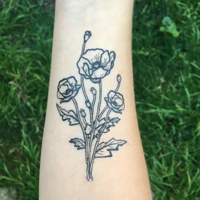 mohnblumen auf dem arm dekorieren temporäres tattoo selber machen grünes grass natur idee