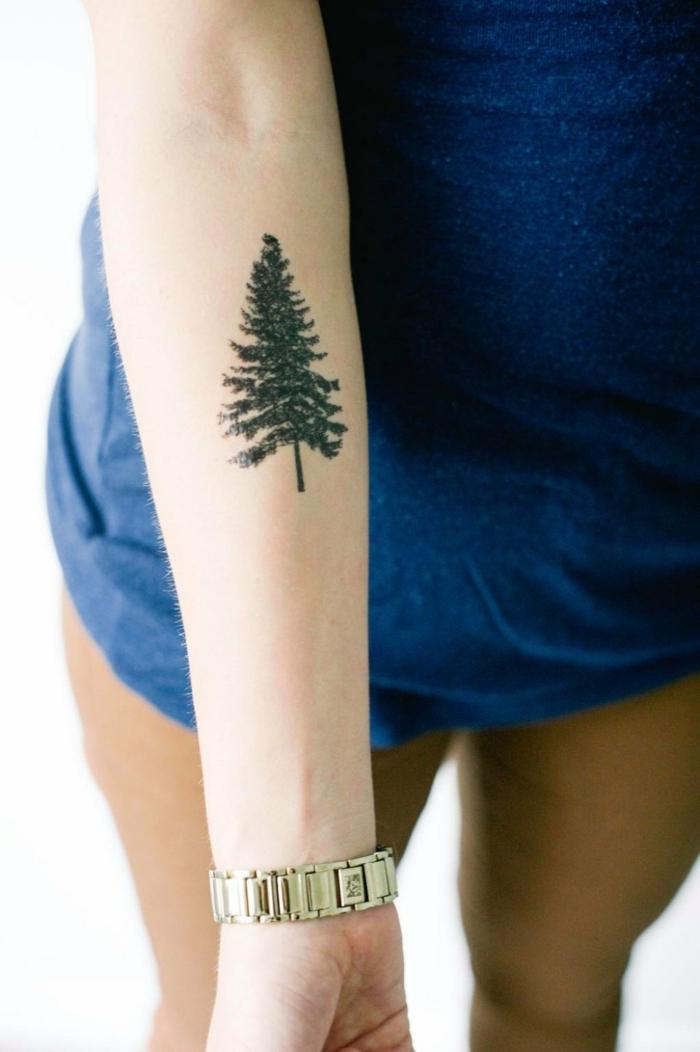 dezentes tattoo design für menschen die die natur sehr mögen baum auf arm tätowieren armbanduhr