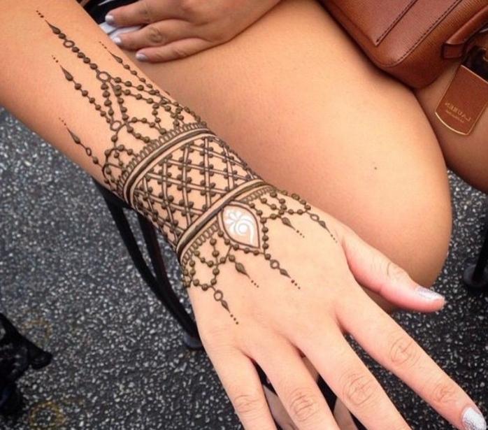 tattoos frau henna tattoo in form von armband groß tolle idee mit brauner und weißer farbe deko