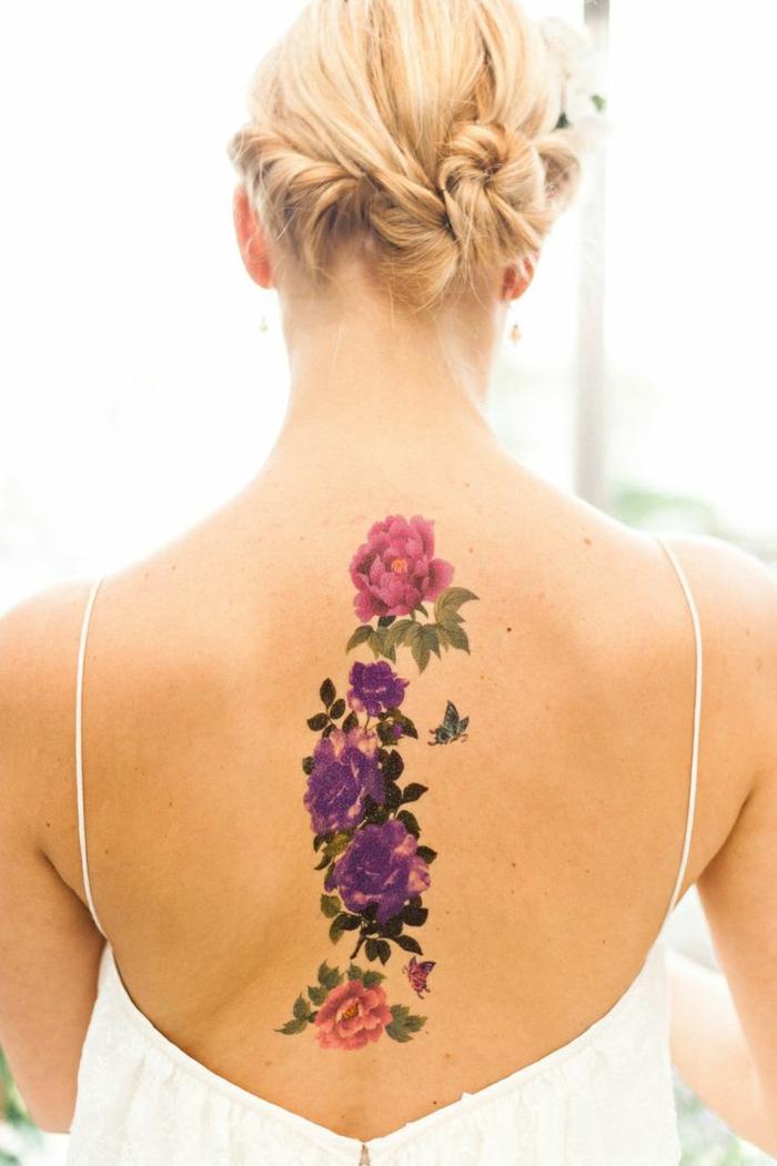 schöne tattoos die freunden und familie im sommer mit tattoo überraschen bunte blumen blonde
