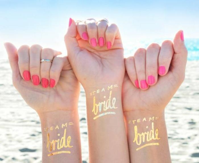schöne tattoos goldene minitattoos bunte nägel rot rosa golden ring überraschung party für braut