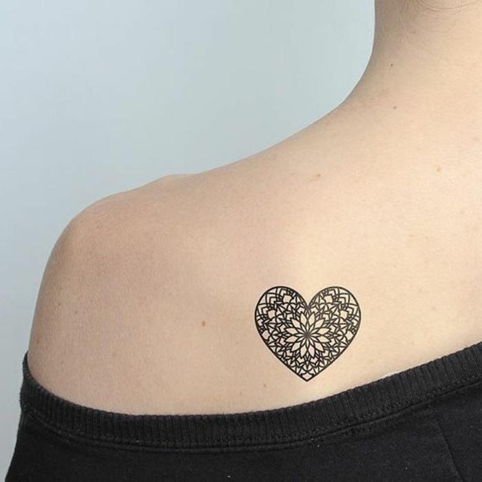 tattoo vorlagen männer und frauen herz design wie blume dezente idee auf schulter aufkleben