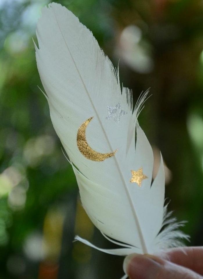 tattoo vorlagen männer feder in weißer farbe glücksbringer mit dekorationen mond golden stern
