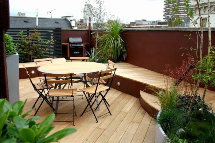 terrassengestaltung ideen tisch mit stühlen grüne pflanzen treppen auf der terrasse dach deko