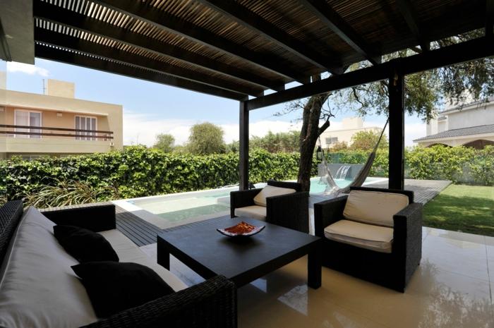terrassengestaltung ideen bilder schöne große terrasse mit pool sofa sessel und tisch erholung sommer