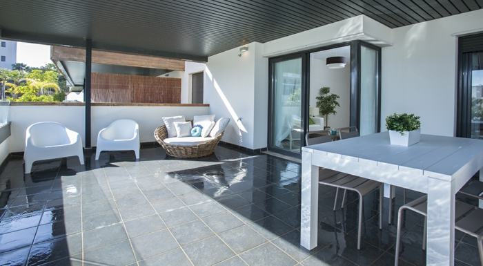 terrassengestaltung ideen bilder terrasse in weiß einrichten und sie wird größer wirken ideen gestaltung