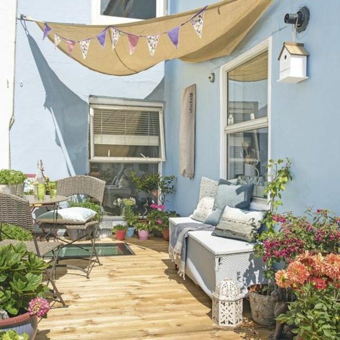 terrassengestaltung bilder von kleinen gemütlichen terrassen ideen zum dekorieren blumen kissen