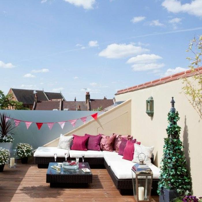 terrassengestaltung bilder von schönen terrassen weißes sofa mit rosa kissen und dekoration