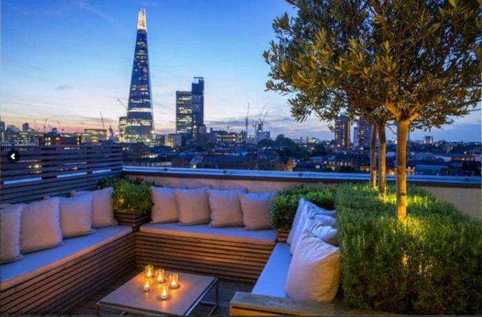 terrassengestaltung bilder dachterrasse kissen kerzen stadt grüne pflanzen bäume auf der terrasse