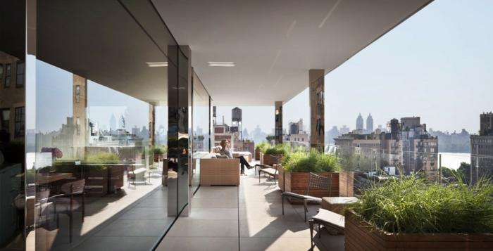 terrasse gestalten große terrasse in der stadt pflanzen grüne dekorationen blumen glasterrasse