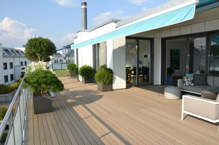 terrasse gestalten idee für große terrasse grüne pflanzen sofa kissen hocker große fenster türen