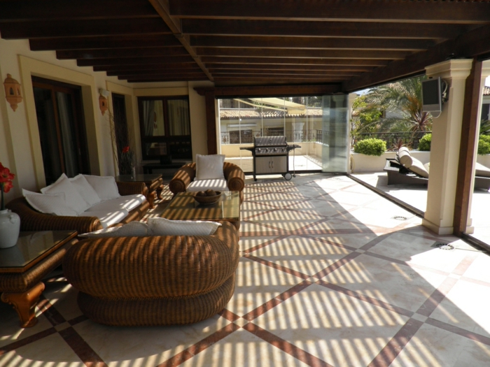 terrasse gestalten ideen für terrasse einrichtung einmalig sofa sessel weiße dekokissen chaislongue