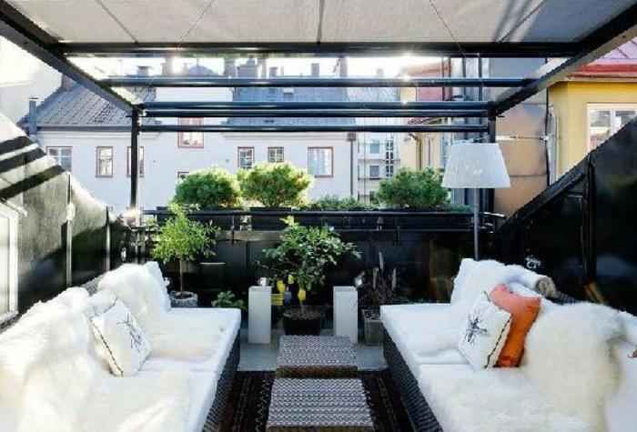 terrasse gestalten rattanmöbel auf der terrasse große kissen dekorationen pelzfell pflanzen stadt