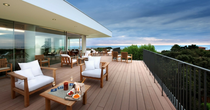 terrasse gestalten ideen zum einrichten von terrasse sessel tisch glasfenster aussicht meer frühstück