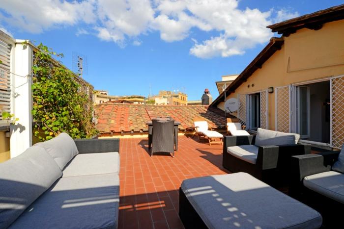 terrasse gestalten schöne dachterrasse selber einrichten orange farbe fröhliches flair frische luft