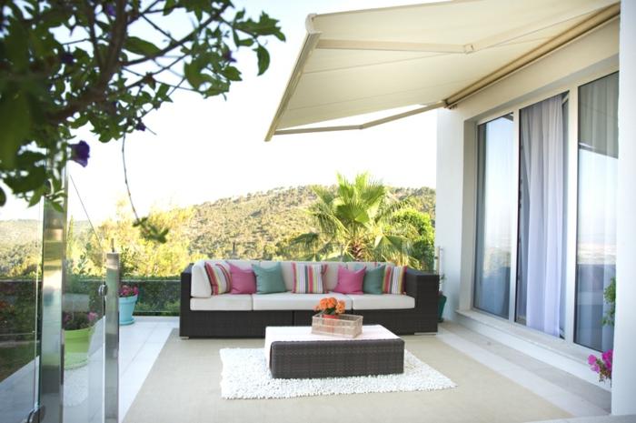 terrassen ideen schöne idee für terrasse sofa kissen in bunten farben fenster grüne pflanzen