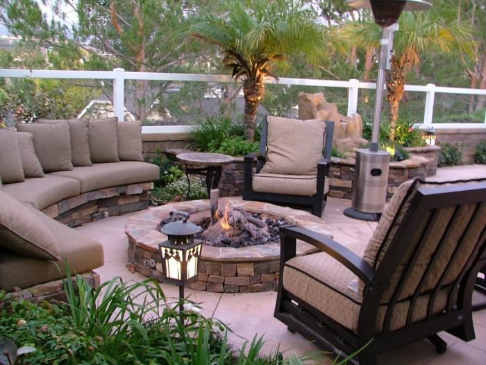 terrasseb ideen garten dekorieren kamin in der garten terrasse sessel sofa pflanzen palmen