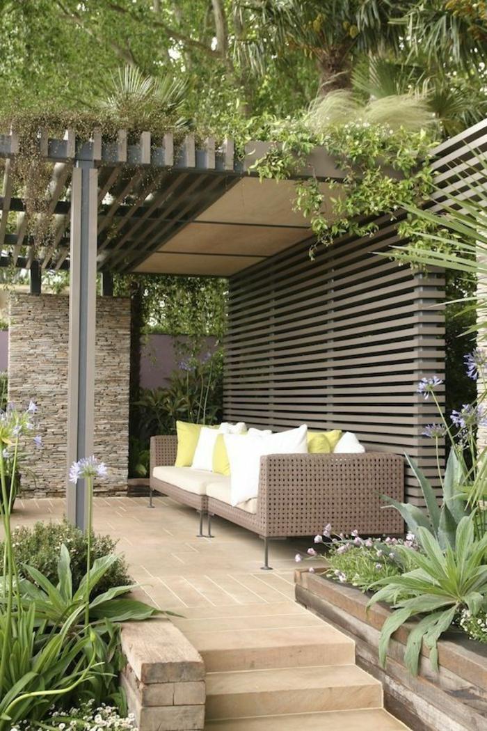 terrassen ideen bunte ideen rattanmöbel grüne pflanzen deko kissen in weiß und grün klaase