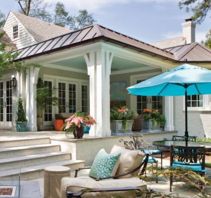 terrassen ideen luxusvilla luxuriöses haus mit terrasse blaue kissen und schirm deko bunte blumen