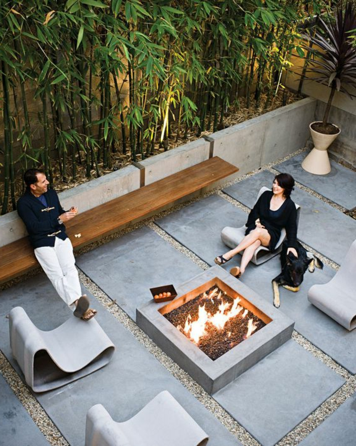 dekoideen terrasse schöne terrasse wo man zeit mit partner verbringt feuer kamin pflanzen möbel