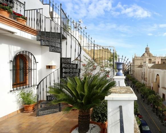 dekoideen terrasse treppe auf der terrasse zwei niveaus auf der terrasse palme schöne deko ideen