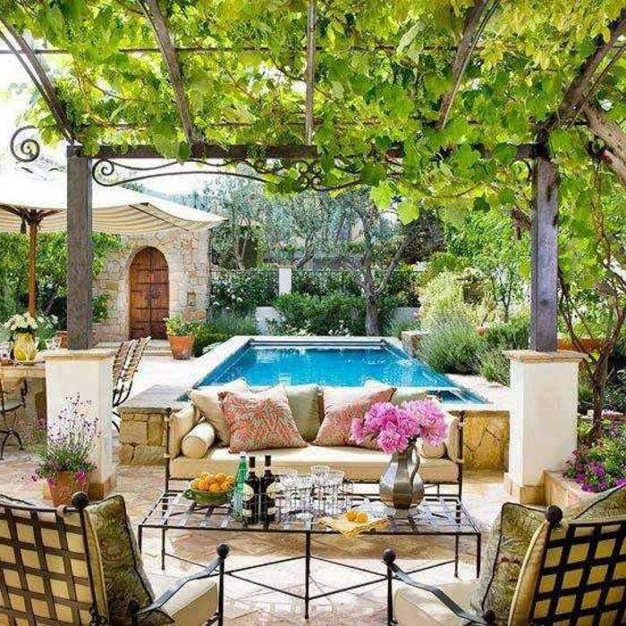 dekoideen terrasse einmaliges terrassendesign rosablumen auf dem tisch pool schöne möblierung