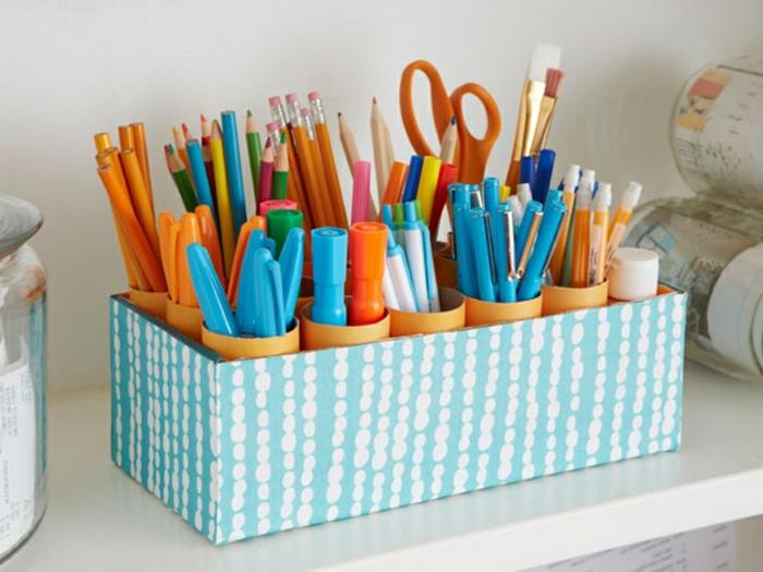 Rollen aus Toilettenpapier zu Bleistifthalter, in blau und orange, Upcycling Projekte mit Kindern