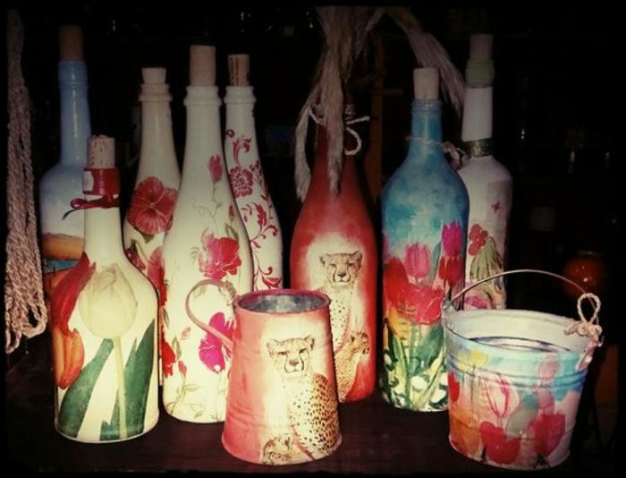 tolle ideen für serviettentechnik - flaschen und eimer mit servietten mit pinken und roten blumen und geparden