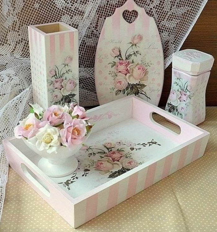 tolle ideen für serviettentechnik mit pinken servietten - hier ist ein pinkes holzbrett, eine pinke platte und zwei vasen mit pinken rosen