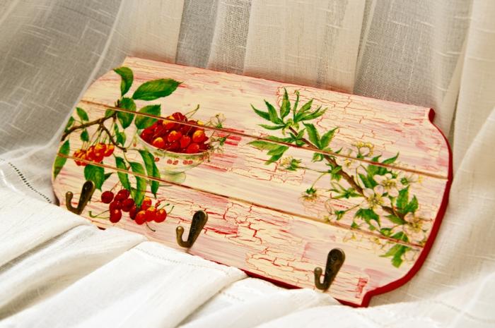 tolle ideen für serviettentechnik mit pinken servietten hier ist ein pinkes holzbrett eine pinke platte und zwei vasen mit pinken rosen
