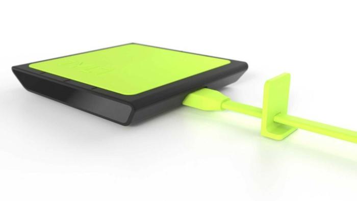 grünes kabelloses Ladegerät mit grünen USB Kabel und schwarze Hülle
