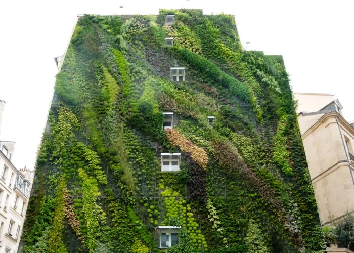 das ganzer Wohnblock ist ein vertikal Garten in Nuancen von Grün