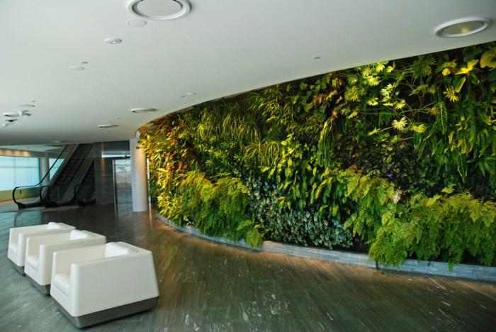 vertikal pflanzen - man braucht viel Grün auch im Flur von öffentlichen Gebäuden
