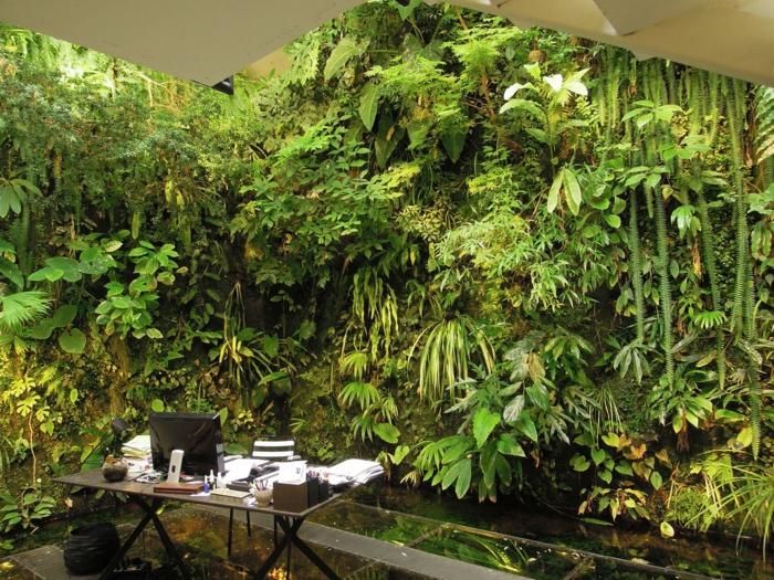 traumhaftes Bild von Büro - voller so viel Grün - vertikal pflanzen