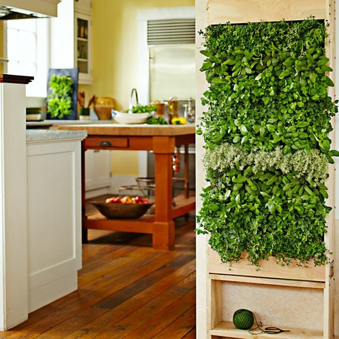 vertikal pflanzen in der Küche, Tisch aus Massivholz mit grünen Dekoration