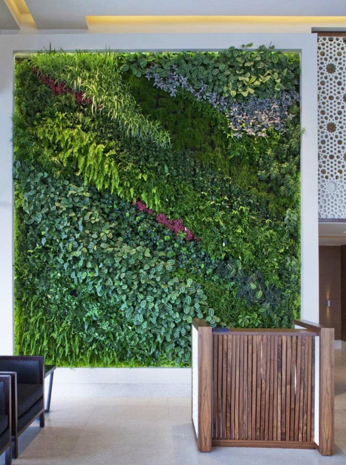 schöne Komposition aus zahlreiche Nuancen von Grün und lila Akzent - vertikal pflanzen