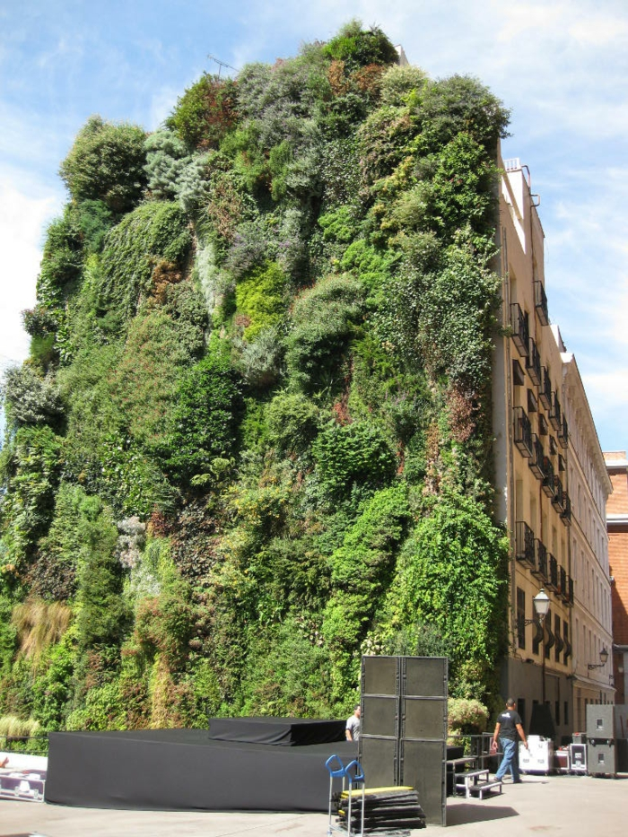 große grüne vertikale Begrünung auf die Fassade von einem Hochhaus