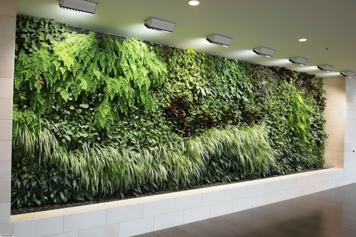 vertikale Begrünung in einer Halle voller grüne Pflanzen aus zahlreiche Arten