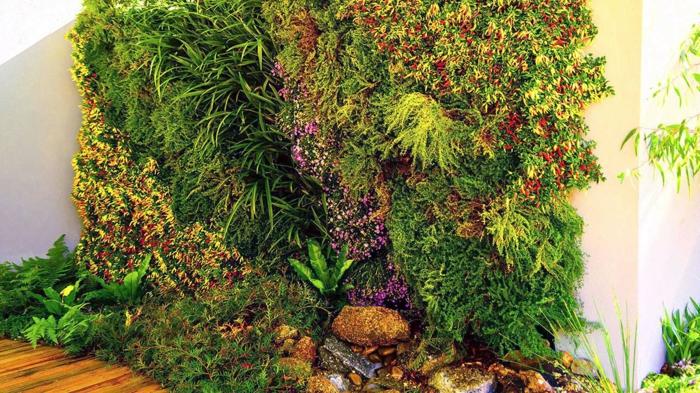 vertikale Bepflanzung mit einem Teich kombiniert - viele Blumenarten