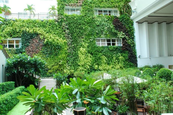 Vertikale Bepflanzung im Anklag mit horizontaler im schönen Garten