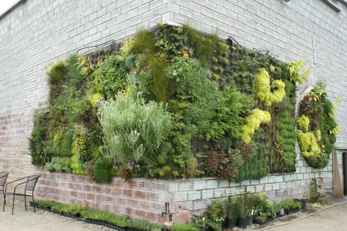 eine Ecke des Gebäude kann mit vertikalen Bepflanzung Abwechslung bringen