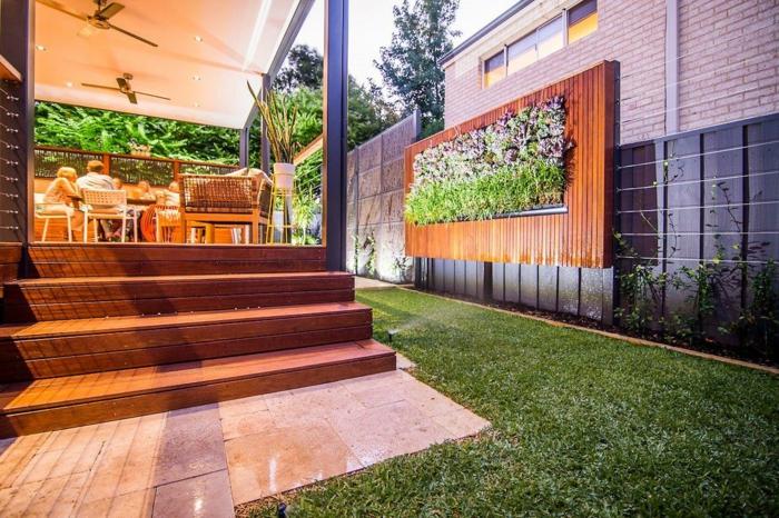 ein modernes Haus mit vertikaler Bepflanzung als Wandbild im Garten