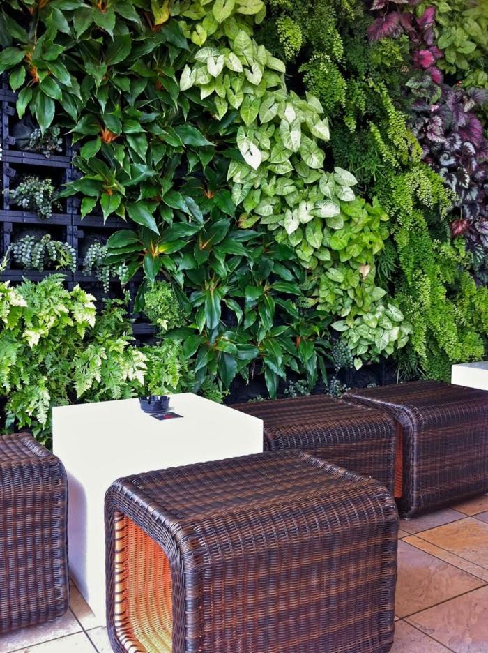 ein Cafe wo sich ein vertikal Garten befindet in grüner und lila Farbe
