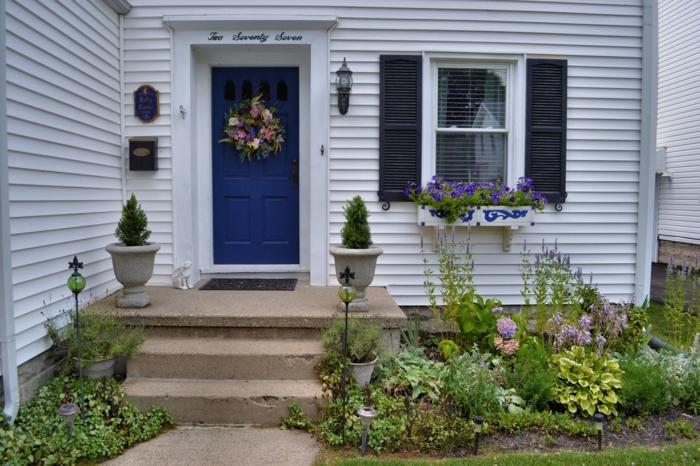 Türkranz von Blumen. Blumen am Fenster symmetrische Blumentöpfe - Vorgarten Ideen